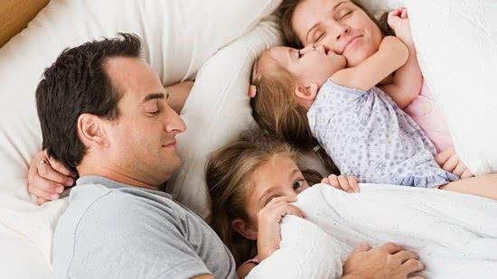 Как и когда нужно отучать ребенка спать с родителями: советы специалистов
