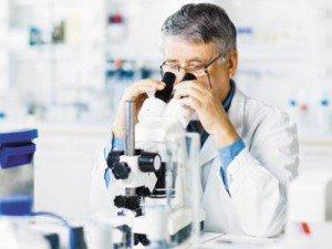 Диагностика чесотки <a href='https://med-tutorial.ru/med-books/book/10/page/1-obschaya-chast/21-mikroskopicheskiy-analiz' target='_self'>микроскопическим</a> сособом