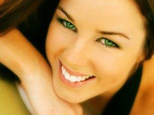 Темный цвет волос у зеленоглазой девушки