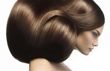 У девушки много волос