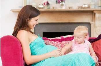 Беременная мама с малышом
