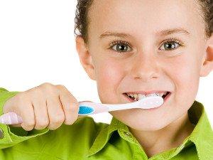 Чистка зубов ребенком