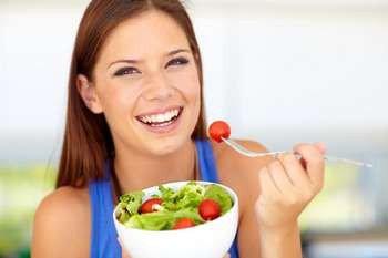 Девушка ест помидор чери