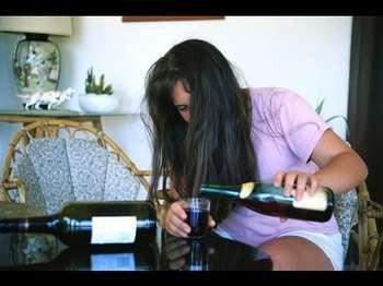 Девушка наливает алкоголь в стакан