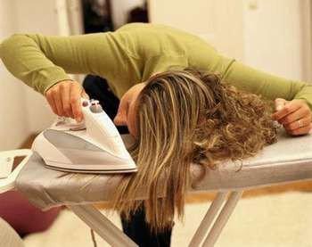Девушка выпрямляет волос утюгом