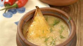 Луковый суп в горшочке с укропом