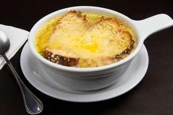 Луковый суп в керамической чашке