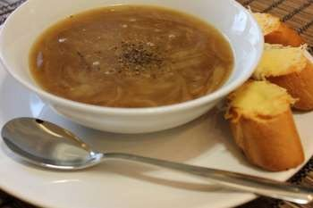 Луковый суп в тарелке