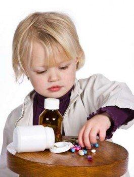 Мальчик играет с таблетками