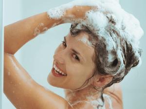Нанесение смеси на вымытые волосы