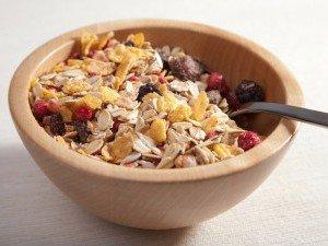 Сочетание мюсли с ягодами, орехами и фруктами