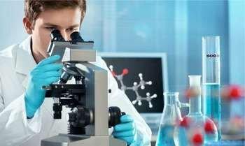 Мужчина смотрит в <a href='https://med-tutorial.ru/med-books/book/10/page/1-obschaya-chast/21-mikroskopicheskiy-analiz' target='_self'>микроскоп</a>