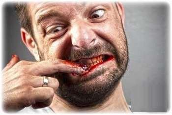 Мужик догрыз ногти до крови