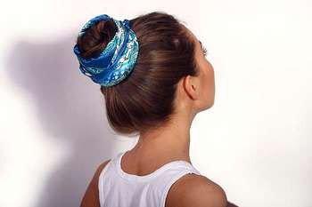 Пучок на голове девушки вид сбоку и сзади