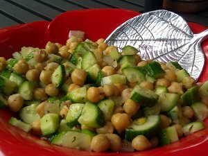 Огуречный салат с фасолью