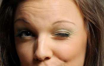Женщина прщурила один глаз